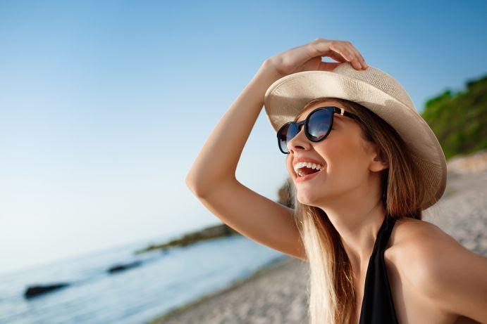 海邊玩水很需要一副太陽眼鏡